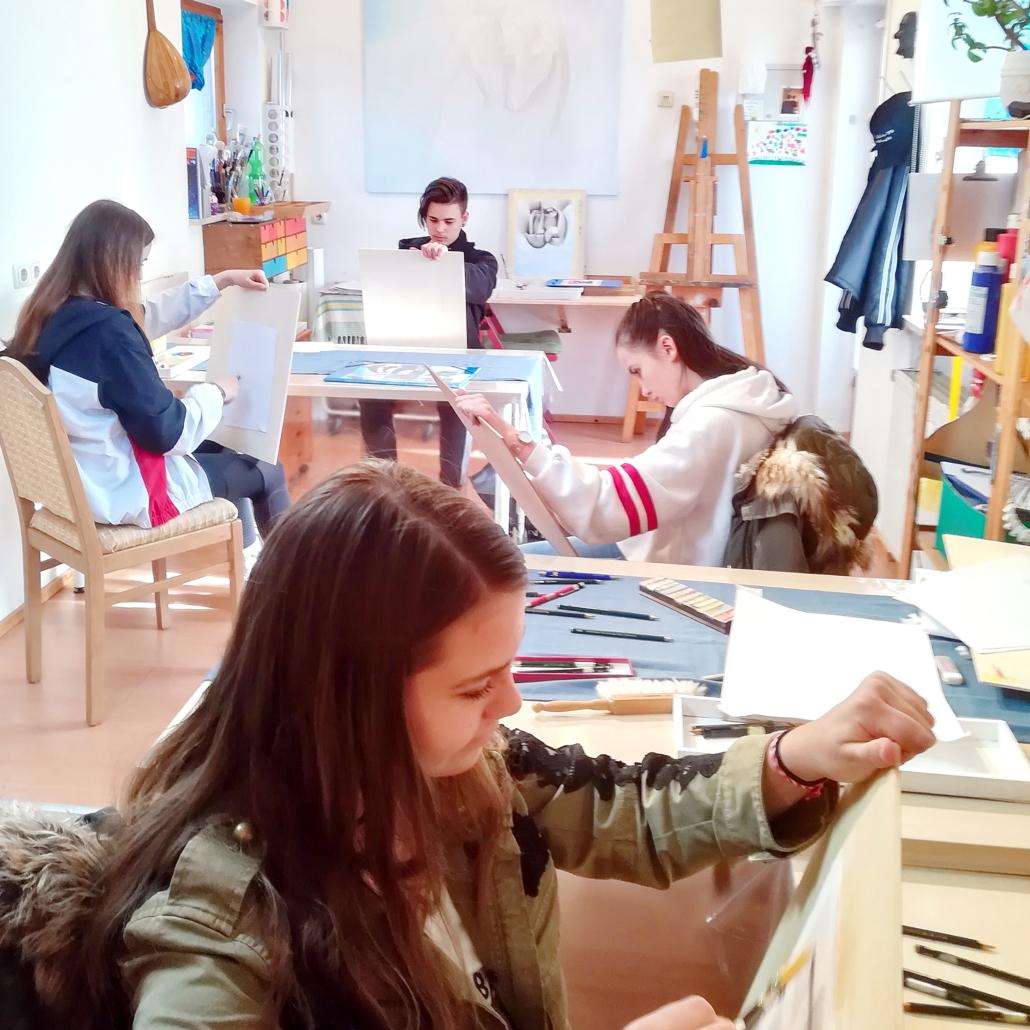 konzentrierte jugendliche Zeichenschüler