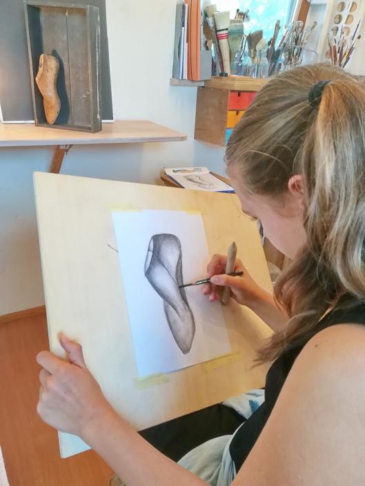 Perspektivische Zeichenstudie Holztextur mit Kohlestift