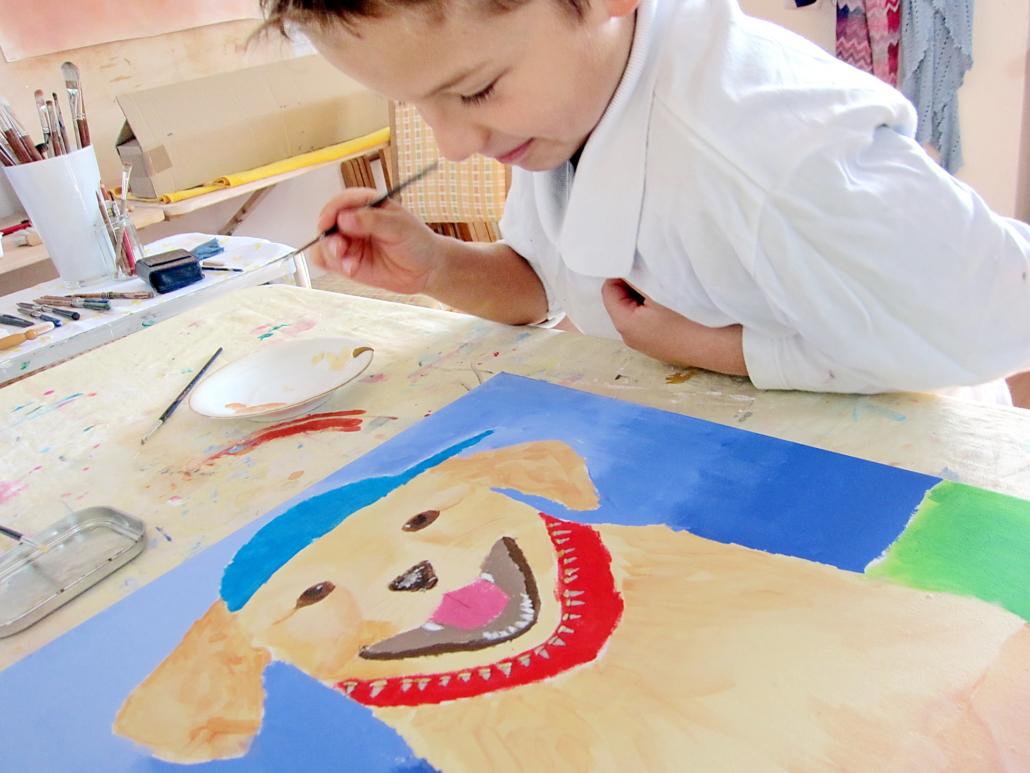 unger Künstler zeichnet freundlichen Labrador